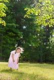 Bambina che ride alto fuori Fotografie Stock