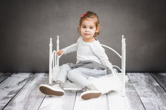 Bambina che riposa sul piccolo letto Fotografia Stock Libera da Diritti