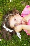Bambina che risiede nell'erba Fotografia Stock Libera da Diritti
