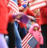 Bambina che saluta quando la parata è passato vicino Immagine Stock Libera da Diritti