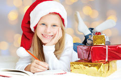 Bambina che scrive una lettera a Santa Claus Immagini Stock Libere da Diritti