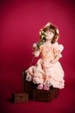 Bambina che sente l'odore del fiore di rosa Fotografie Stock Libere da Diritti