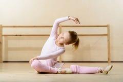 Bambina che si esercita sul pavimento Fotografie Stock Libere da Diritti