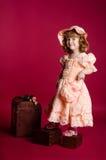 Bambina che si leva in piedi sulle caselle Fotografia Stock
