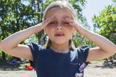 Bambina che si nasconde dal sole Fotografie Stock