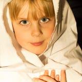 Bambina che si prepara per il gioco di natività Immagine Stock