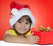 Bambina che si siede accanto al contenitore di regalo Immagine Stock Libera da Diritti