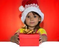 Bambina che si siede accanto al contenitore di regalo Fotografie Stock Libere da Diritti