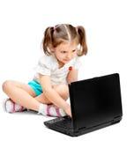 Bambina che si siede al calcolatore Immagine Stock Libera da Diritti