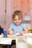 Bambina che si siede allo scrittorio del banco Immagine Stock Libera da Diritti