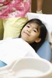 Bambina che si siede nella presidenza del dentista Fotografie Stock