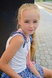 Bambina che si siede sul banco Immagini Stock