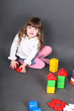 Bambina che si siede sul pavimento Fotografia Stock