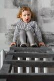 Bambina che si siede sull'le scale Immagine Stock Libera da Diritti