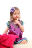 Bambina che si siede sulla moquette con il cappotto di pelliccia Fotografia Stock Libera da Diritti