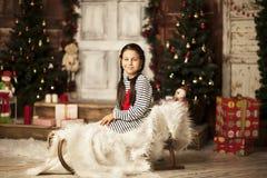 Bambina che si siede sulla slitta Immagine Stock Libera da Diritti