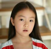 Bambina che si siede sulle scale Immagini Stock Libere da Diritti
