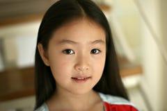 Bambina che si siede sulle scale Fotografie Stock