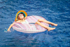 Bambina che si trova sul cerchio di gomma gonfiabile Fotografia Stock Libera da Diritti