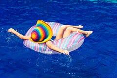 Bambina che si trova sul cerchio di gomma gonfiabile nella nuotata Immagine Stock Libera da Diritti