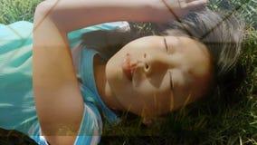 Bambina che si trova sull'erba archivi video