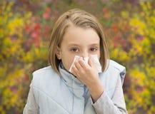Bambina che soffia il suo naso Immagine Stock