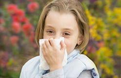 Bambina che soffia il suo noseL Immagini Stock