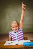 Bambina che solleva mano in aula Immagine Stock Libera da Diritti