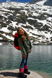 Bambina che sorride in montagne di Hight immagine stock