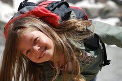 Bambina che sorride in montagne di Hight fotografia stock