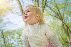 Bambina che sorride in un parco un il giorno soleggiato Fotografia Stock Libera da Diritti