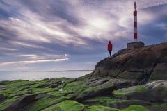 Bambina che sta su una roccia Fotografie Stock