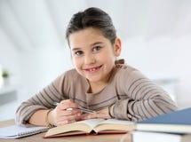 Bambina che studia con i libri Fotografia Stock