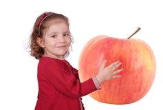 Bambina che tiene grande mela fotografia stock libera da diritti