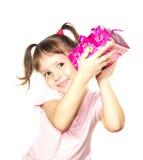 Bambina che tiene il contenitore di regalo rosa Immagini Stock Libere da Diritti