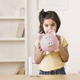 Bambina che tiene la Banca Piggy Immagini Stock Libere da Diritti