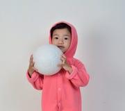Bambina che tiene la palla Fotografie Stock