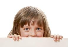 Bambina che tiene scheda bianca Immagine Stock Libera da Diritti