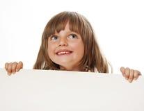 Bambina che tiene scheda bianca vuota Immagini Stock Libere da Diritti