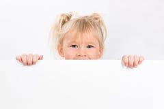 Bambina che tiene segno in bianco Fotografia Stock Libera da Diritti