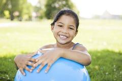 Bambina che tiene sfera blu Fotografie Stock Libere da Diritti