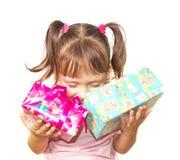 Bambina che tiene un contenitore di due regali Fotografia Stock