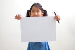 bambina che tiene un Libro Bianco Fotografia Stock Libera da Diritti