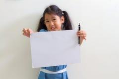 bambina che tiene un Libro Bianco Immagine Stock Libera da Diritti