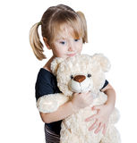 Bambina che tiene un orso dell'orsacchiotto Fotografia Stock