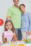 Bambina che tiene un regalo di compleanno Fotografia Stock