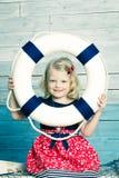 Bambina che tiene un salvagente e una risata Fotografia Stock Libera da Diritti
