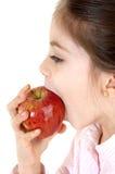 bambina che zakończenia mangia mela una Zdjęcie Stock