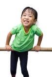 Bambina cinese asiatica che appende sulla barra orizzontale Immagini Stock Libere da Diritti