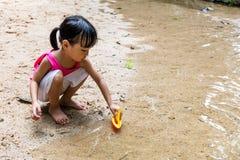Bambina cinese asiatica che gioca il crogiolo di giocattolo all'insenatura Fotografia Stock Libera da Diritti